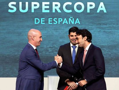 El presidente de la Federación Española de Fútbol, Luis Rubiales, y el responsable de deporte de Arabia Saudí, el príncipe Abdulaziz Bin Turki al Faisal, durante el sorteo de la Supercopa.