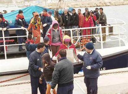 Alrededor de 240 'sin papeles' fueron rescatados el 29 de marzo de camino a Lampedusa (Italia)
