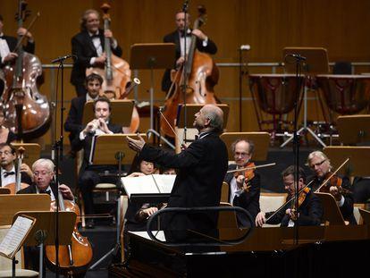 El director húngaro Iván Fischer y algunos integrantes de la Budapest Festival Orchestra durante su concierto en la Sala Argenta, ayer sábado en Santander.