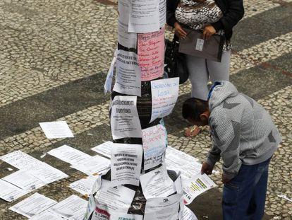 Dos personas leen ofertas de trabajo en una de las principales calles de São Paulo (Brasil)