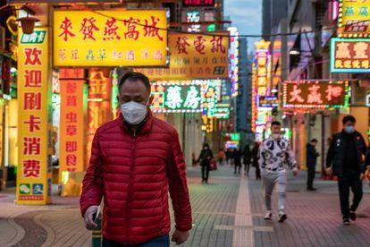 Un residente de la ciudad de Macau se protege contra el coronavirus.