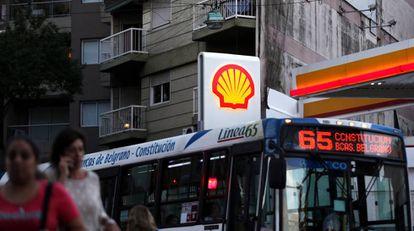 Un autobús cruza frente a una gasolinera de Shell en Buenos Aires.