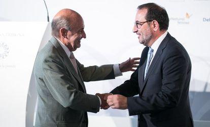 Miquel Roca (i) y Ramón Espadaler (d) antes de la conferencia de este martes.