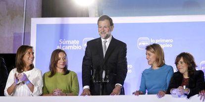 Mariano Rajoy saluda a cientos de simpatizantes desde la sede de Génova, flanqueado, de izquierda a derecha, por Ana Mato; Elvira Fernández, esposa del líder popular; María Dolores de Cospedal y Soraya Sáenz de Santamaría.