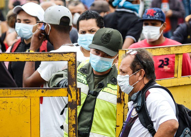 Un grupo de migrantes, protegidos con mascarilla, la semana pasada en el principal paso fronterizo entre Venezuela y Colombia, en Cúcuta.
