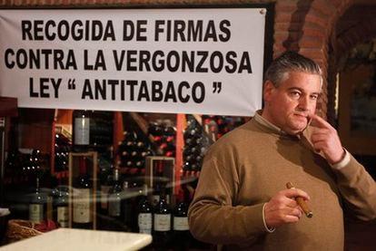 José Eugenio Arias-Camisón se fuma un puro en su asador de Marbella.