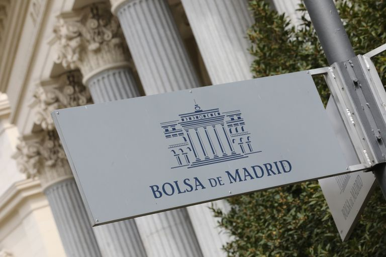 Cartel colocado en las inmediaciones del edificio de la Bolsa de Madrid.