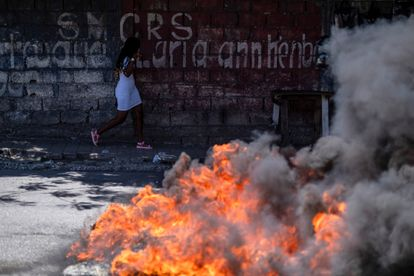 Una mujer durante una protesta que exige la liberación de presos políticos frente al Ministerio de Justicia y Seguridad Pública, en Puerto Príncipe, Haití, el 29 de julio de 2021.