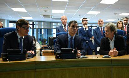 Desde la izquierda, el ministro de Sanidad, Salvador Illa; el presidente del Gobierno, Pedro Sánchez; y el director del Centro de Coordinación de Alertas y Emergencias Sanitarias, Fernando Simón, en marzo del año pasado.