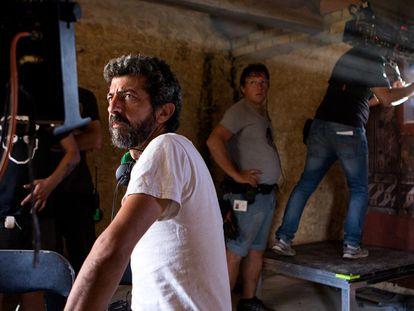 Alberto Rodríguez en el rodaje de 'La peste'.  Foto de Julio Vergne/Movistar +