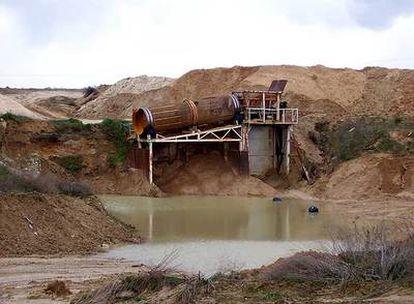 Lavadero de arena a la orilla del río Manzanares en una cantera de Getafe.