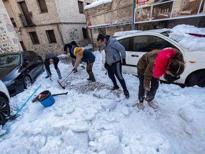 Vecinos de Toledo, que han ofrecido su colaboración al Ayuntamiento de la ciudad, se han organizado para ayudar en las tareas de limpieza de calles tras el paso de la borrasca 'Filomena'