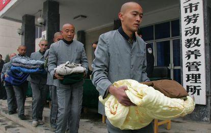 Presos del campo de trabajos forzados X'ian, en la provincia de Shaanxi, hacen cola para recoger edredones en noviembre de 2006.
