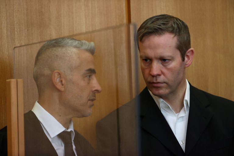 Stephan Ernst (derecha), acusado de asesinar al político conservador Walter Lübcke en 2019, escucha a su abogado, Mustafa Kaplan, el miércoles ante el tribunal superior de Fráncfort.