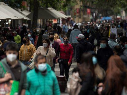 Varias personas con cubrebocas caminan por el centro de Santiago de Chile, el pasado 20 de noviembre.