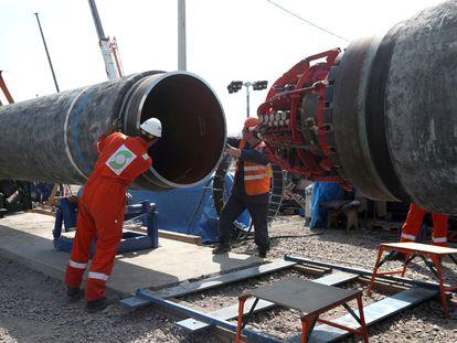 Trabajadores construyendo el gasoducto Nord Stream 2, cerca de la ciudad de Kingisepp (Rusia).