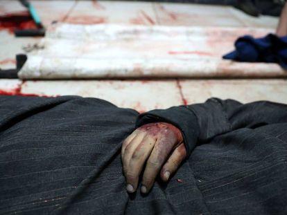 El cuerpo de un hombre muerto en la ciudad de Duma, en la zona de Guta Oriental, en marzo.