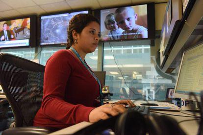 La oficial de emergencias Bia Albernaz monitorea las crisis humanitarias existentes, y las emergentes, en el Centro de Operaciones de Unicef en Nueva York.