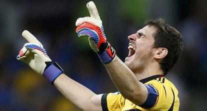 Casillas celebra uno de los goles de España.