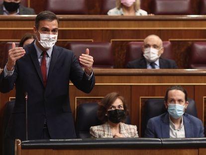 Pedro Sánchez, presidente del Gobierno, este miércoles en el Congreso junto a los vicepresidentes Carmen Calvo y Pablo Iglesias.