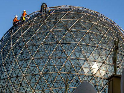 Trabajos de mantenimiento en la cúpula del Teatro-Museo Dalí de Figueres.