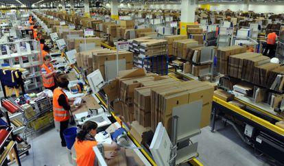 Empleados en el almacén de Amazon en Bad Hersfeld, Alemania, en una imagen tomada en diciembre de 2010
