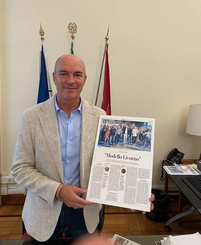 Alcalde de Livorno, Luca Salvetti, muestra la portada del periódico 'La Repubblica' dedicada a su ciudad, la semana pasada.