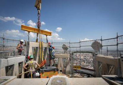 Colocación el 19 de julio de unos de los bloques en una de las torres de la Sagrada Familia, en una imagen del Blog del templo.