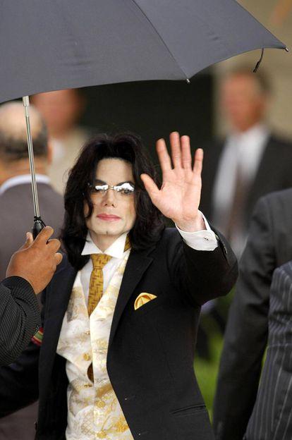 Michael Jackson fotografiado a la llegada al juzgado de Santa Barbara el 2 de junio de 2005.