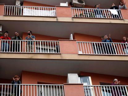 Vecinos de L'Hospitalet de Llobregat (Barcelona) salen a sus balcones a aplaudir a los sanitarios, el pasado domingo.