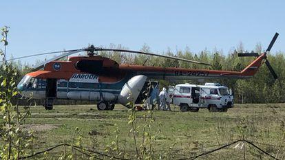 Un helicóptero evacúa pacientes enfermos de la covid-19 desde la ciudad de Severo-Yeniseiski a Krasnoyarsk, este lunes.