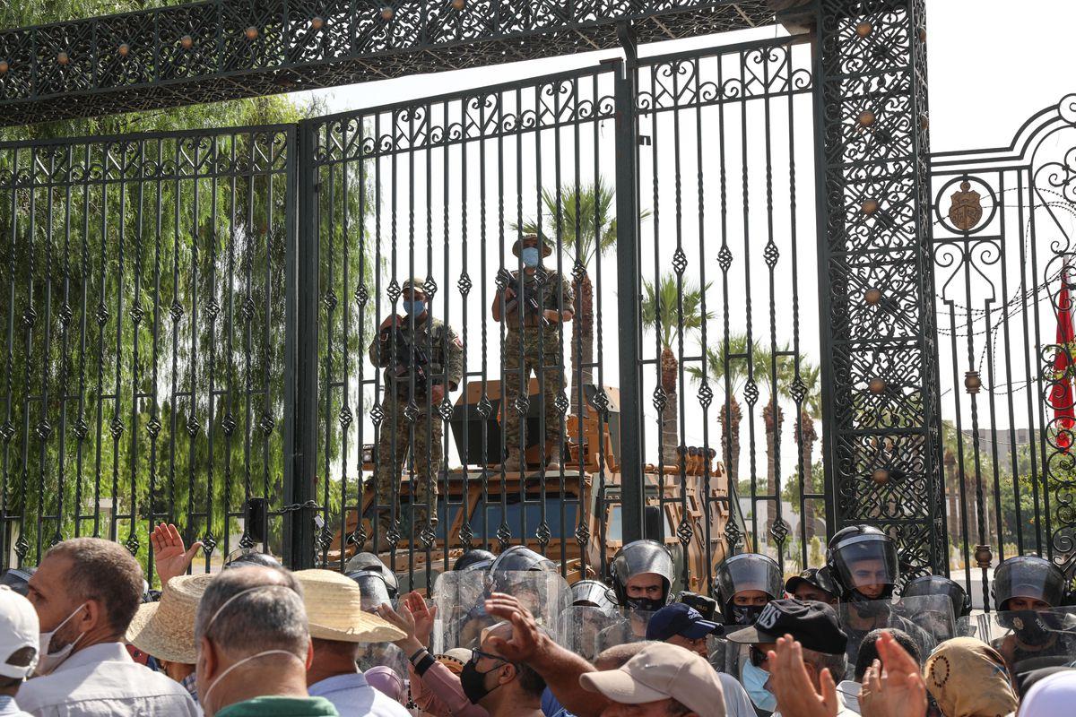 La tensión en Túnez se agrava tras destituir el presidente a otros miembros del Gobierno