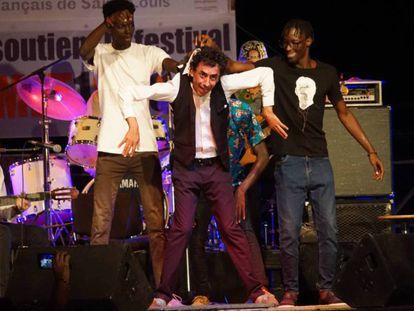 El artista Tomasito, baila junto a tres espontáneos en el escenario, durante su actuación en el festival Métissons, en Saint Louis, Senegal.