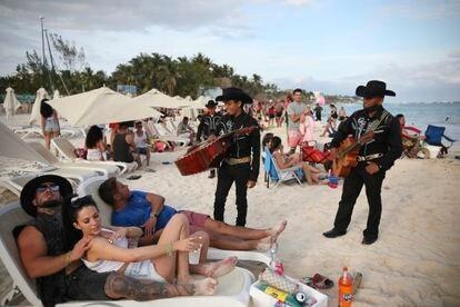 Un grupo de músicos se acercan a los turistas en la orilla de la playa Mamitas, en Playa del Carmen, estado de Quintana Roo, el pasado 5 de enero.