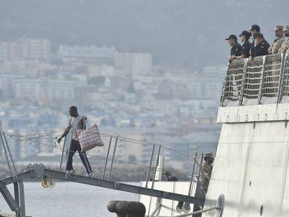 Uno de los inmigrantes del 'Open Arms' bajando del 'Audaz'. En vídeo, la llegada a España de los 15 inmigrantes del 'Open Arms'.