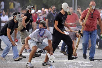 Un grupo de manifestantes se enfrentó ayer a la policía en Tesalónica contra los planes de austeridad del Gobierno.