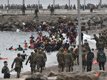 Soldados del Ejército de Tierra trabajan en la playa del Tarajal, en Ceuta, este martes.