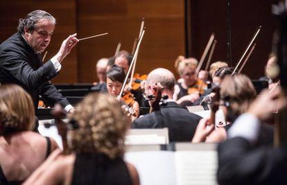 Juanjo Mena dirige a la BBC Philharmonic, el pasado viernes en el Kursaal de San Sebastián.