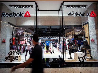 Un hombre pasa por delante de una tienda de Reebok, en Bahréin.