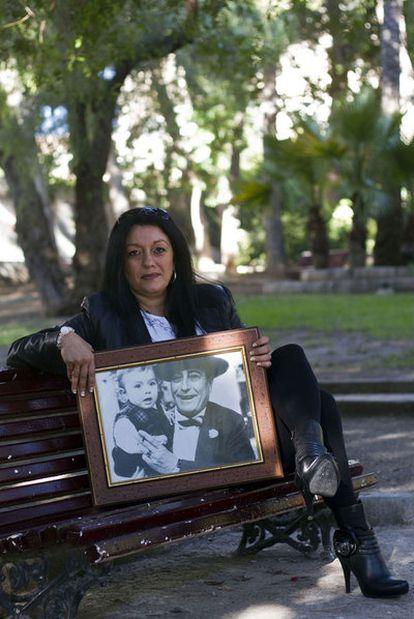 Inés Sánchez, hija de Bernardo Sánchez Bascuñada, verdugo de profesión, posa con una foto de ella y su padre.