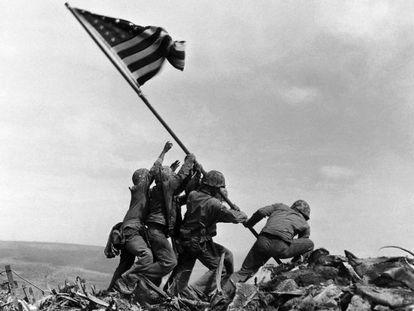 Marines alzan la bandera en Iwo JIma, en una imagen icónica de la IIGM.