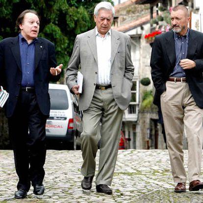 Vargas Llosa (en el centro), pasea por Santillana del Mar flanqueado por Javier Marías (a la izquierda en la imagen) y Arturo Pérez-Reverte (a la derecha)