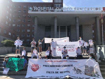 Los médicos internos residentes (MIR) de la Comunidad de Madrid se concentran en el hospital Clínico San Carlos de Madrid.