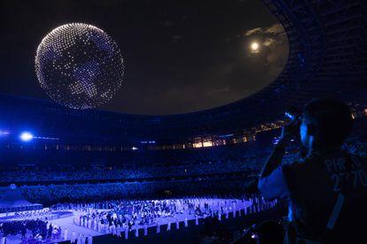 Globo terráqueo formado por drones, en uno de los pasajes de la ceremonia de inauguración de los Juegos