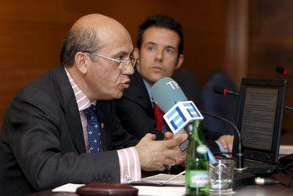 El presidente del Sevilla durante su intervención hoy en las jornadas sobre Derecho y Deporte del Colegio de Abogados de Oviedo que ha cerrado con una conferencia sobre los derechos televisivos.