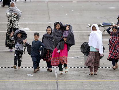 Niños afganos en el campo para refugiados instalado en la base de EE UU en Ramstein, Alemania, este lunes.
