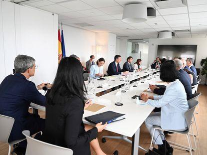 El presidente del Gobierno, Pedro Sánchez (c), acompañado de la ministra de Industria, Comercio y Turismo, Reyes Maroto (c-i), ha mantenido una reunión con inversores en la Oficina Económica y Comercial de España en Nueva York este miércoles.