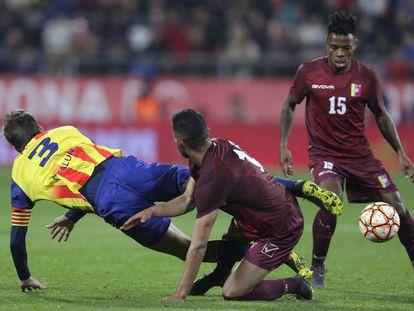 Piqué cae derribado por Chancellor en el partido entre Catalunya y Venezuela.