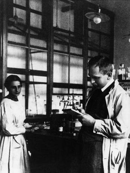 Lise Meitner trabajando con el Premio Nobel de Química Otto Hahn en 1920.