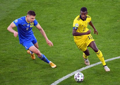 El delantero sueco Alexander Isak juega un balón ante Mykola Matviyenko, de Ucrania, durante el partido de los octavos de final de la Eurocopa